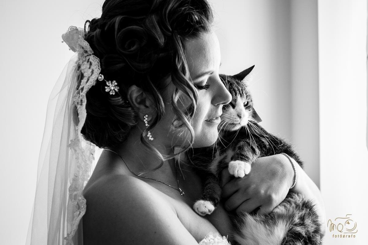 novia abrazando a su gato