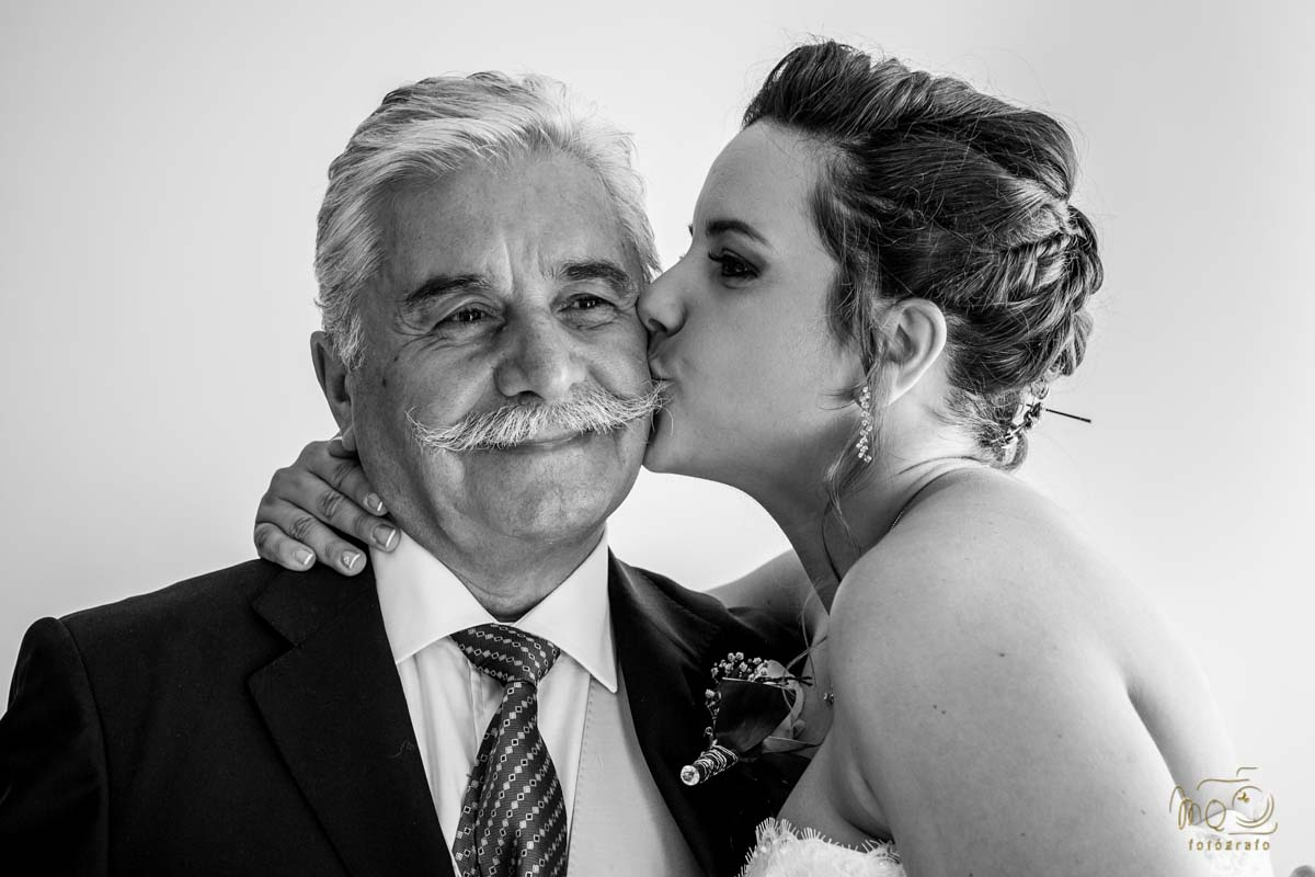 beso de la novia al padre antes de salir para la iglesia