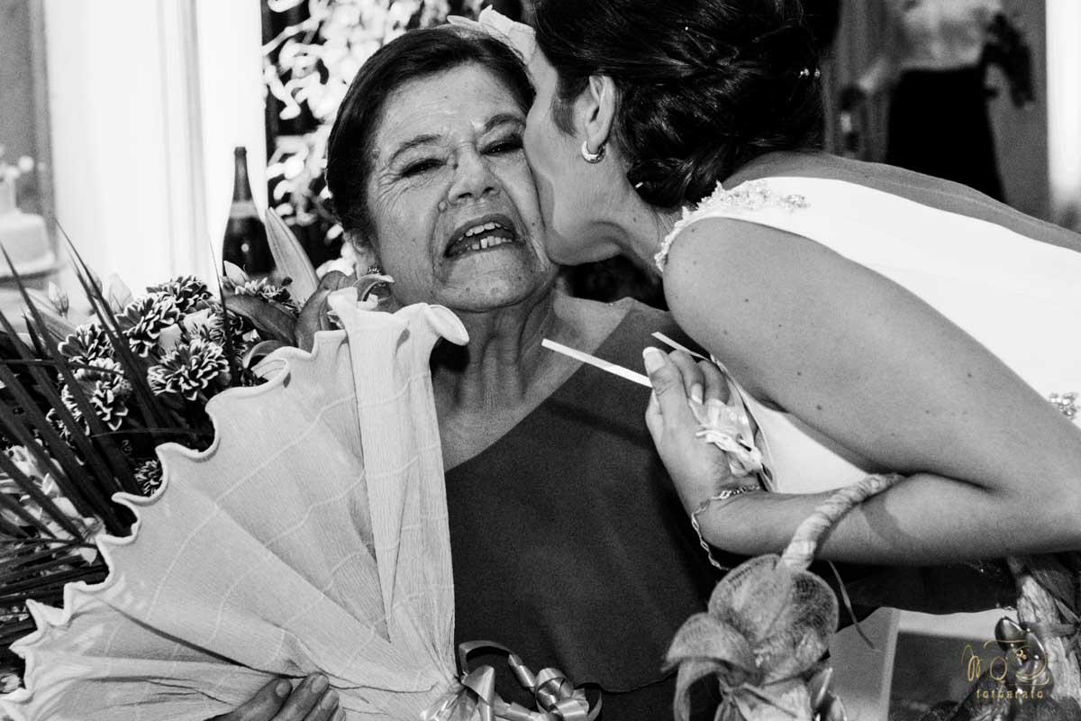 novia besando a la madre