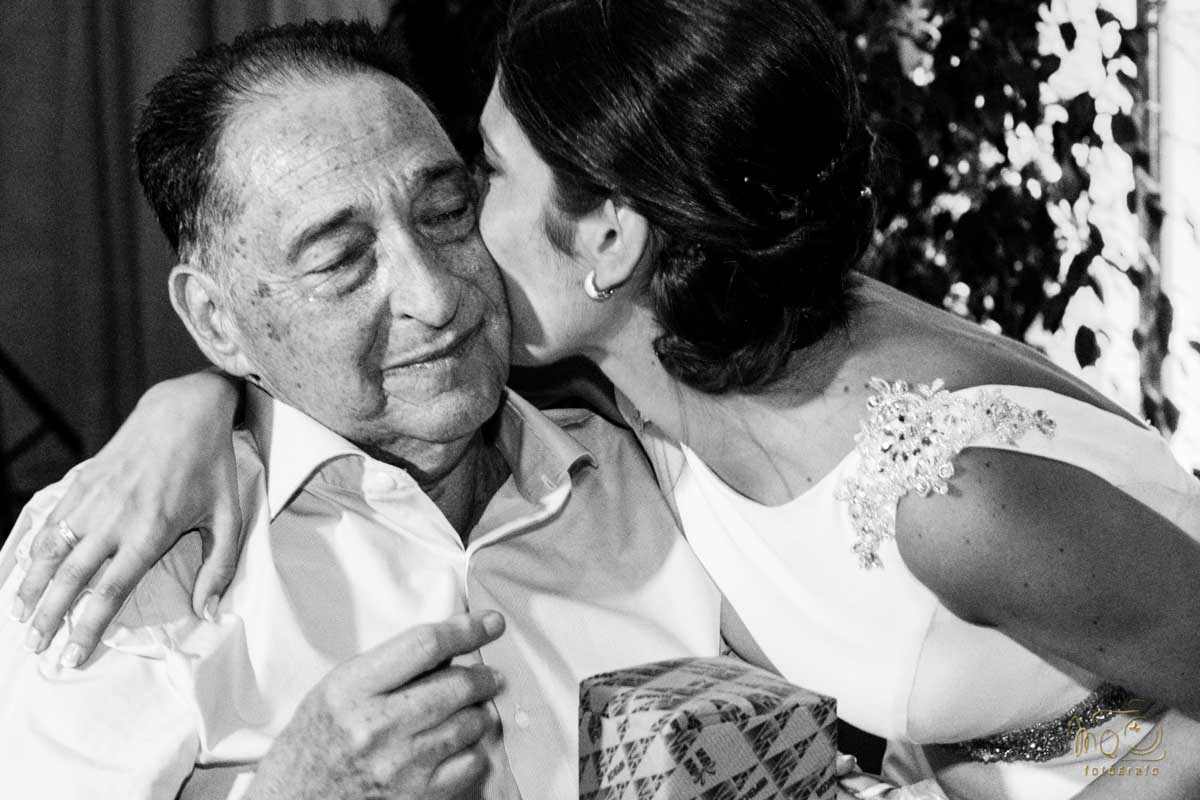 novia besando al padre en la boda