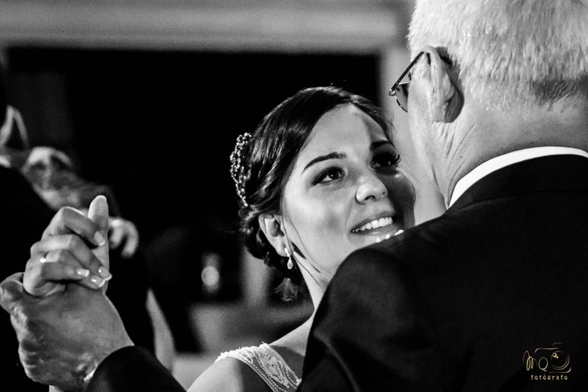 novia bailando con el padrino de la boda