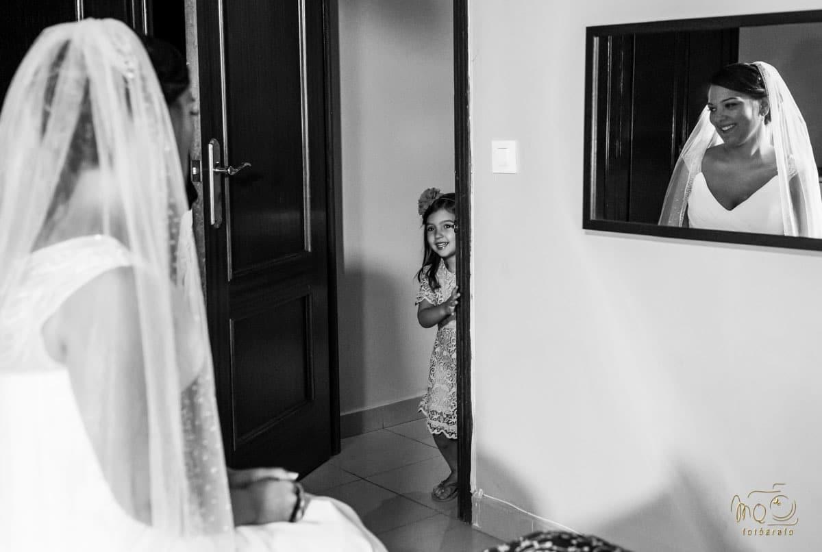 niña escondida mirando a la novia