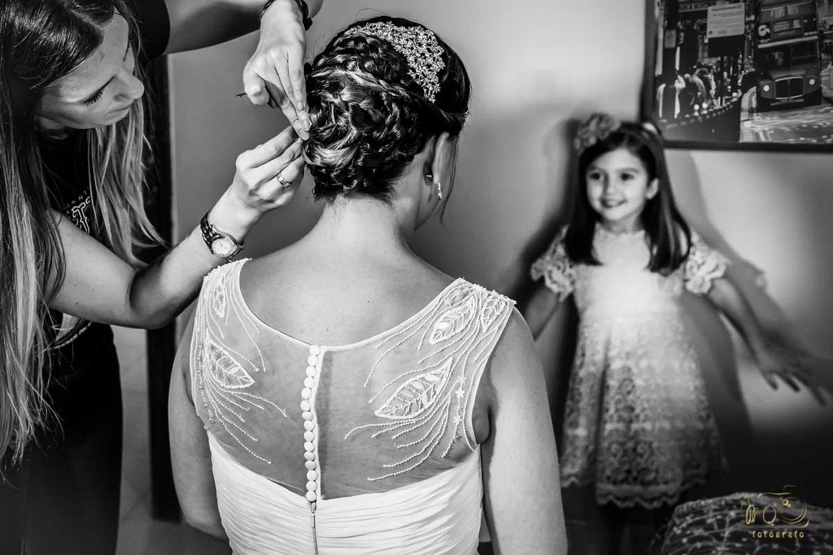 niña mirando a la novia peinandose