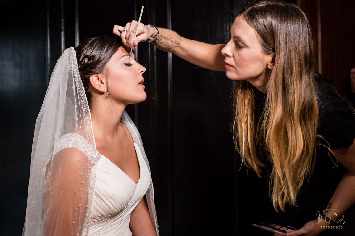 maquillando a la novia antes de la boda