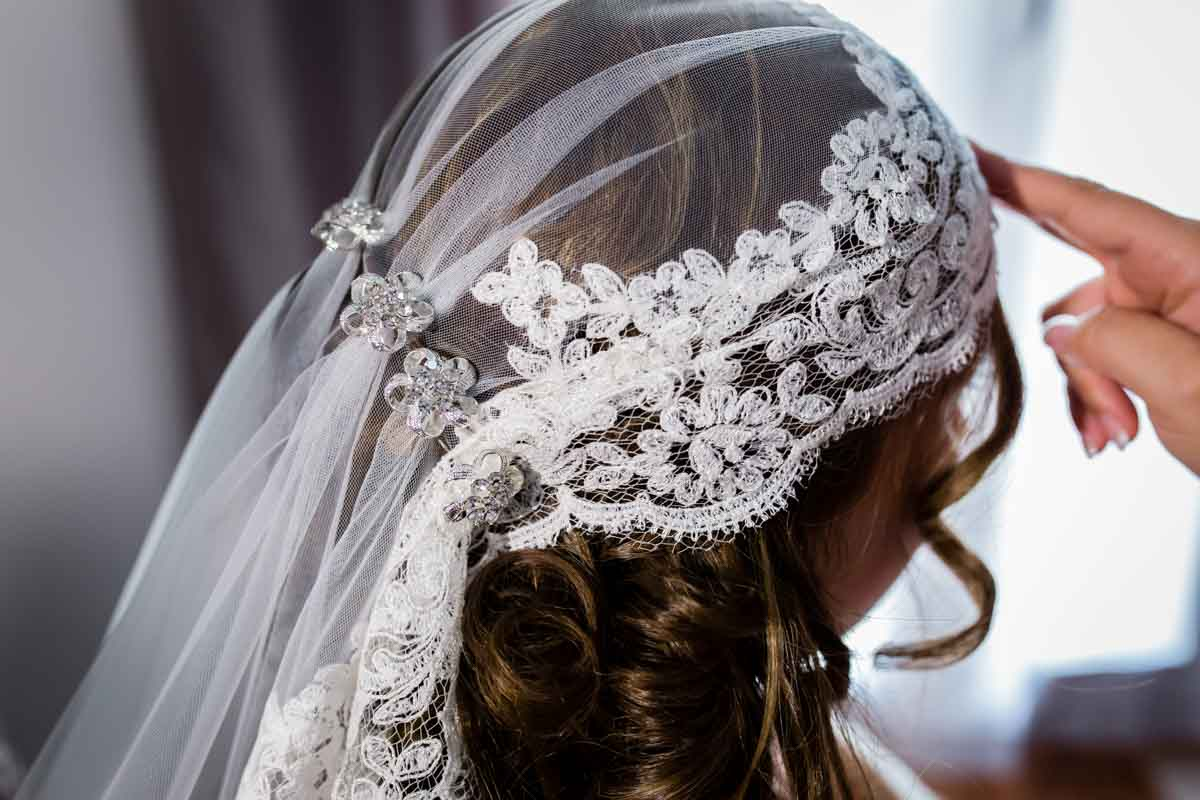 detalle del velo de la novia en su cabeza
