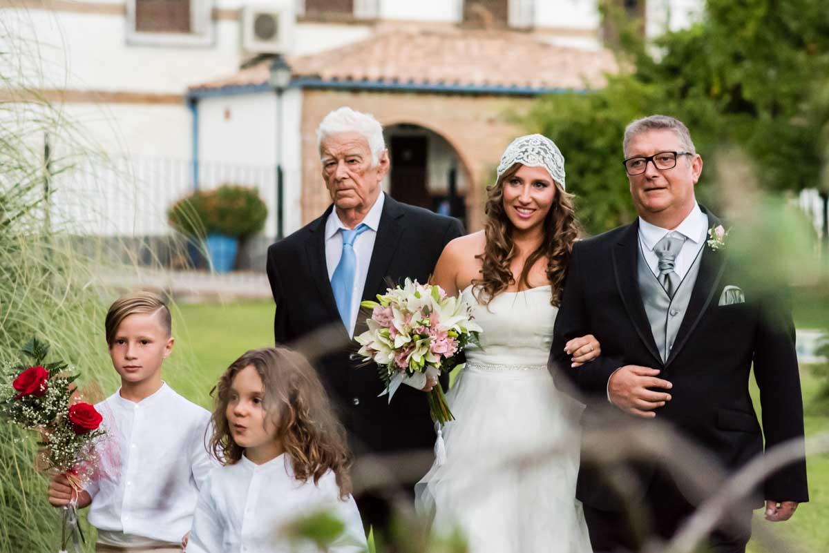 novia y padrino del brazo