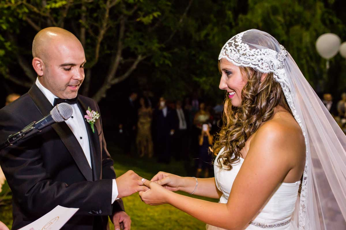 novia poniendo el anillo al novio