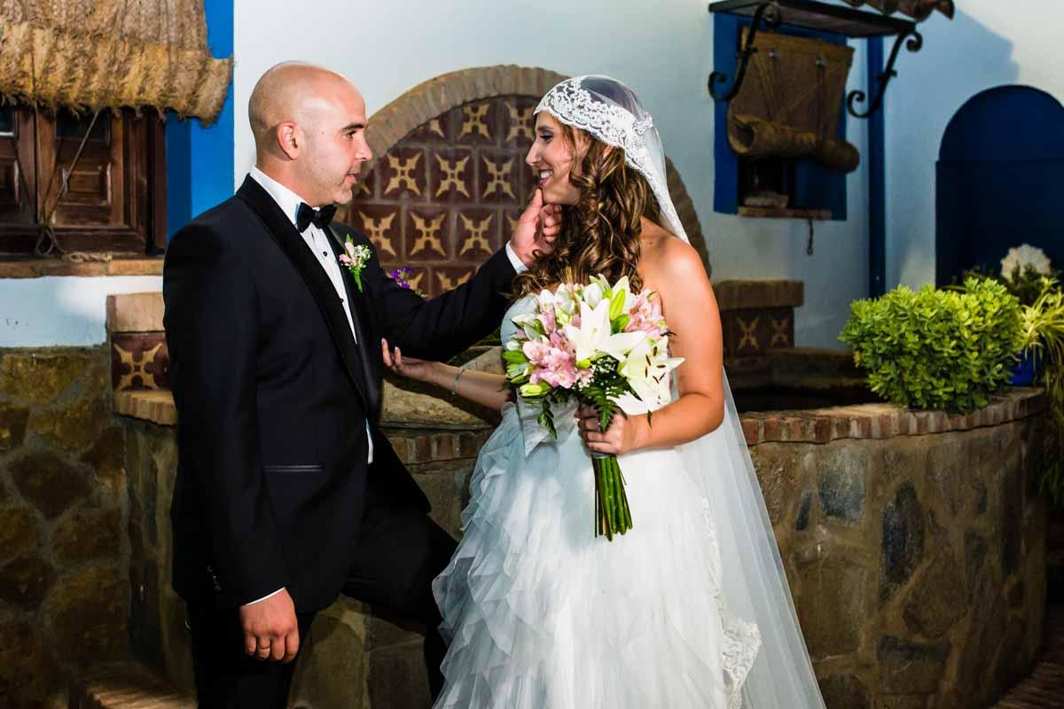 novio acariciando la mejilla de la novia