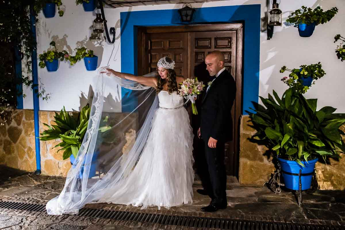 novio junto a la novia con el velo al viento