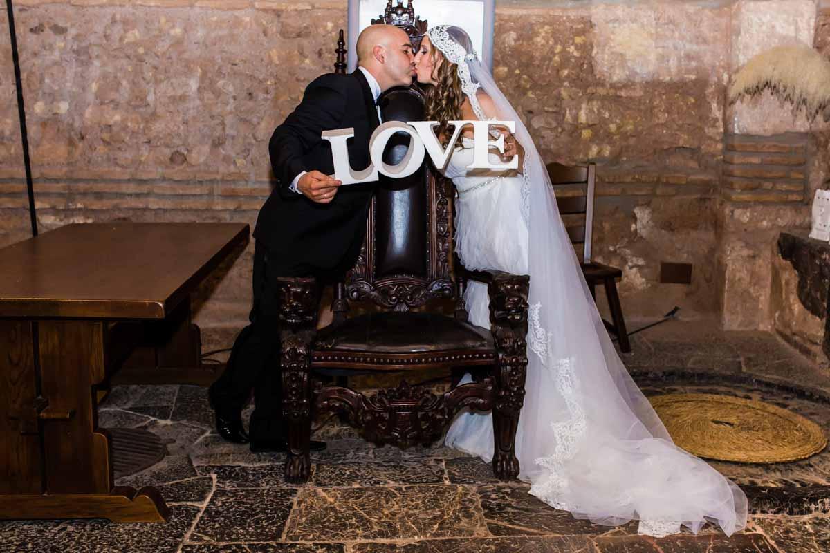 novio besándose con la palabra love