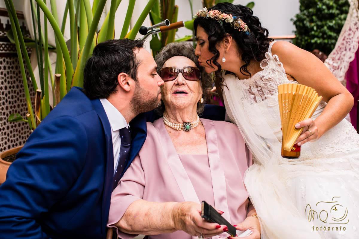 novios besando a la abuela