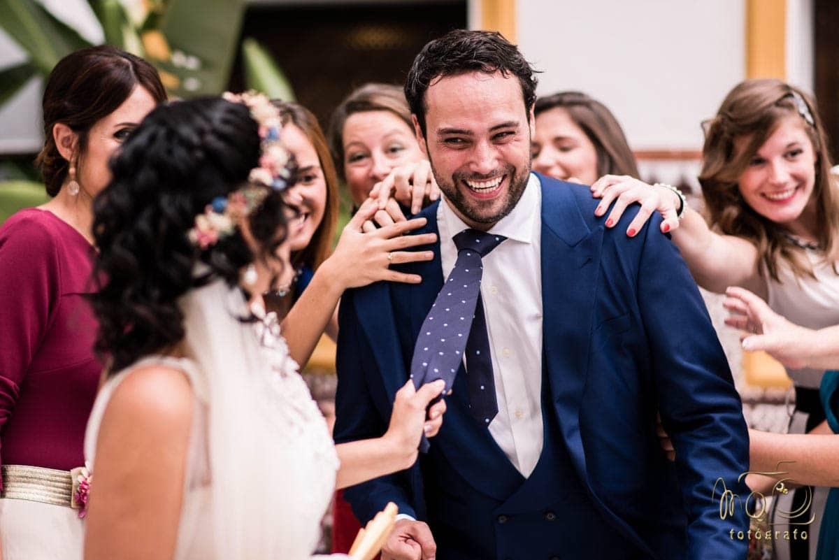 detalle de la novia tirando de la corbata del novio