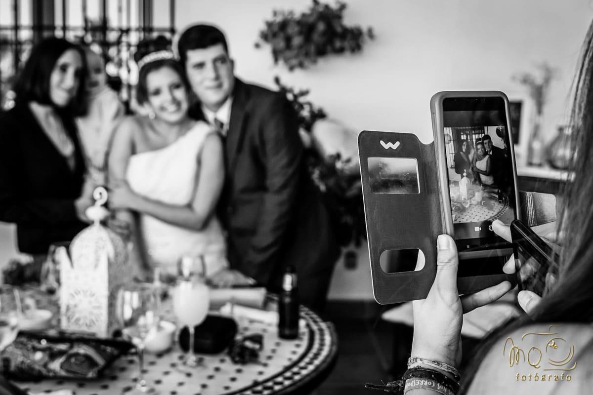 foto de un teléfono móvil fotografiándo a los novios
