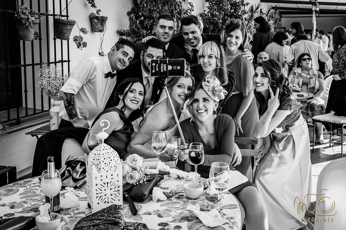 foto de grupo, novia con amigos tras una mesa