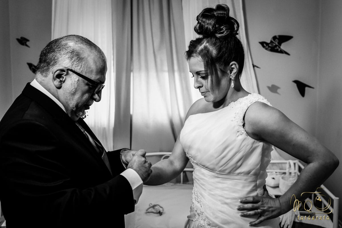 Padre poniéndole la pulsera a la novia