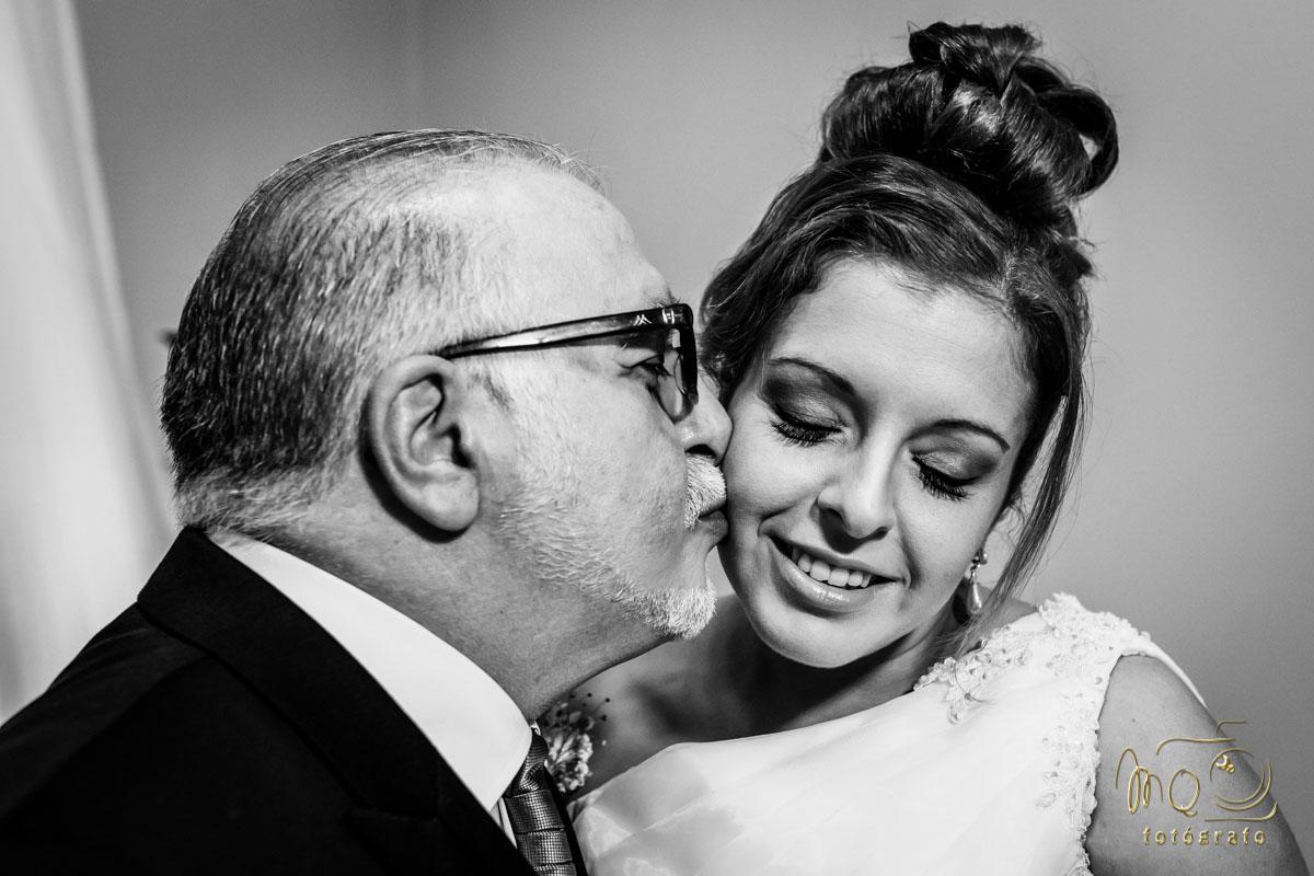 Padre besando a la novia