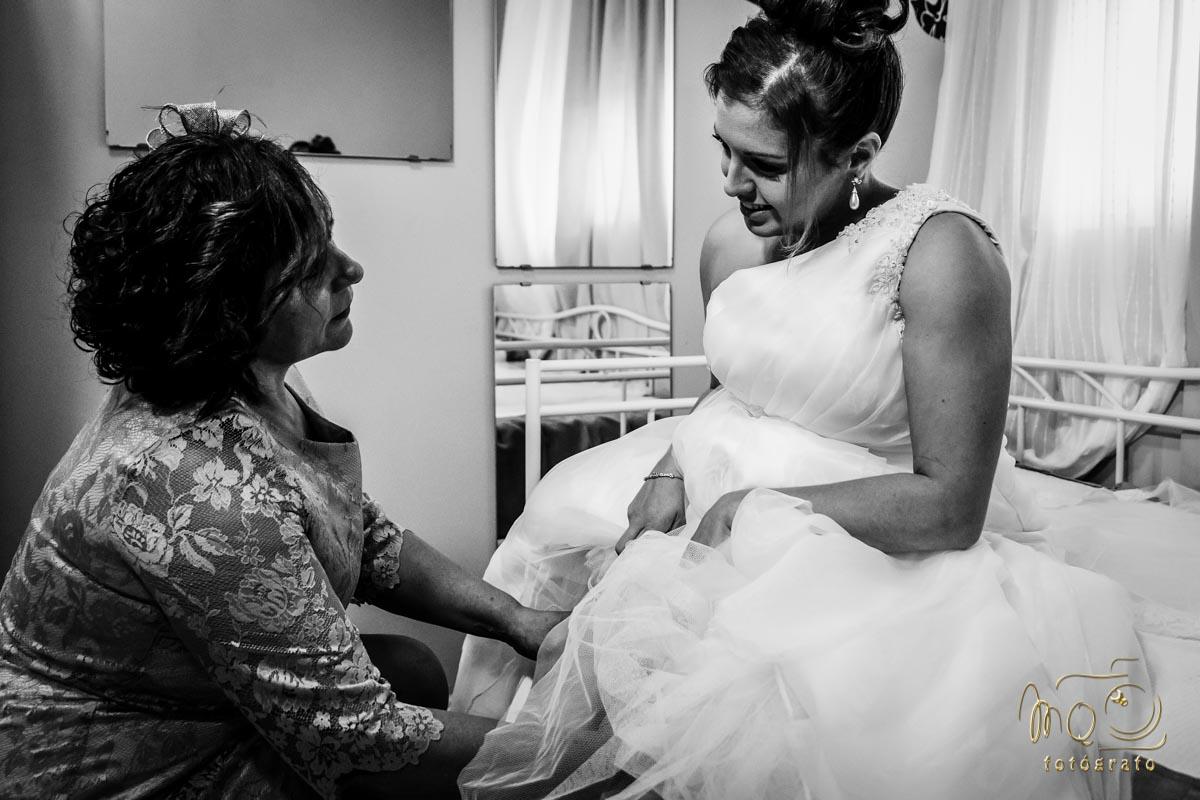 madrastra poniendo la liga a la novia