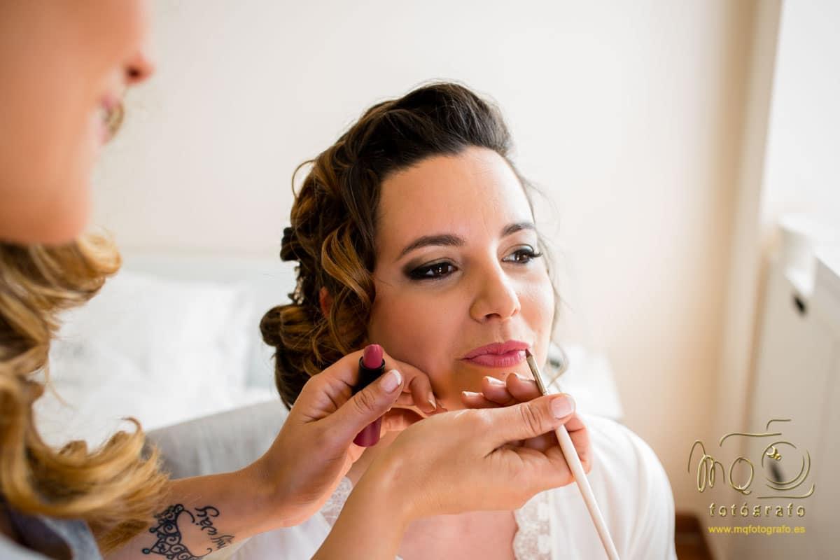 maquilladora pintando los labios a la novia