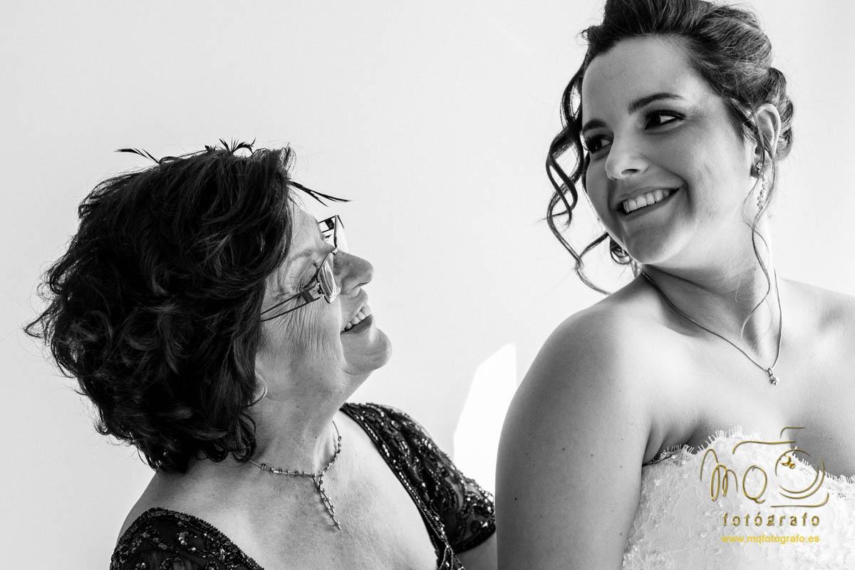 la novia y su medre mirándose