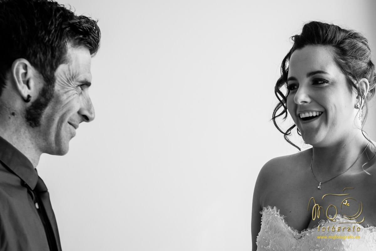 novia y su hermano mirándose de frente sonriendo
