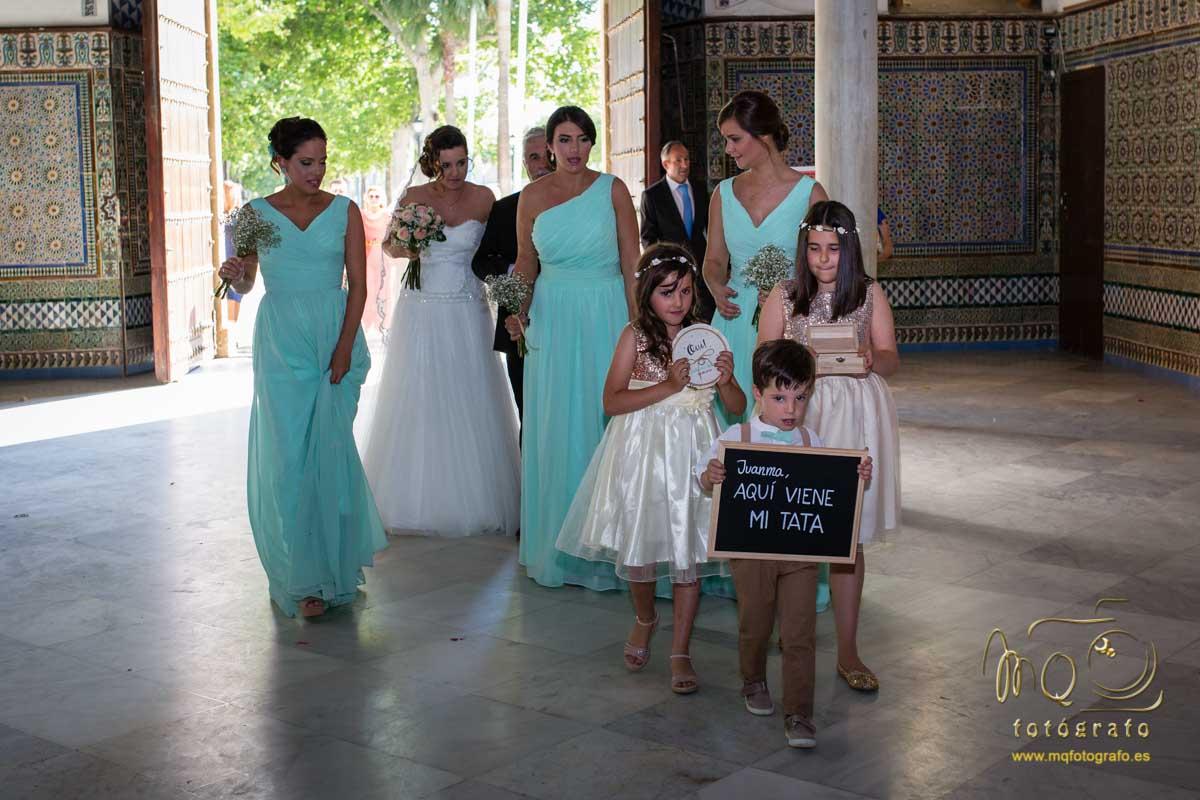 damas de honor y niños entrando a la iglesia y novia con su padre detrás