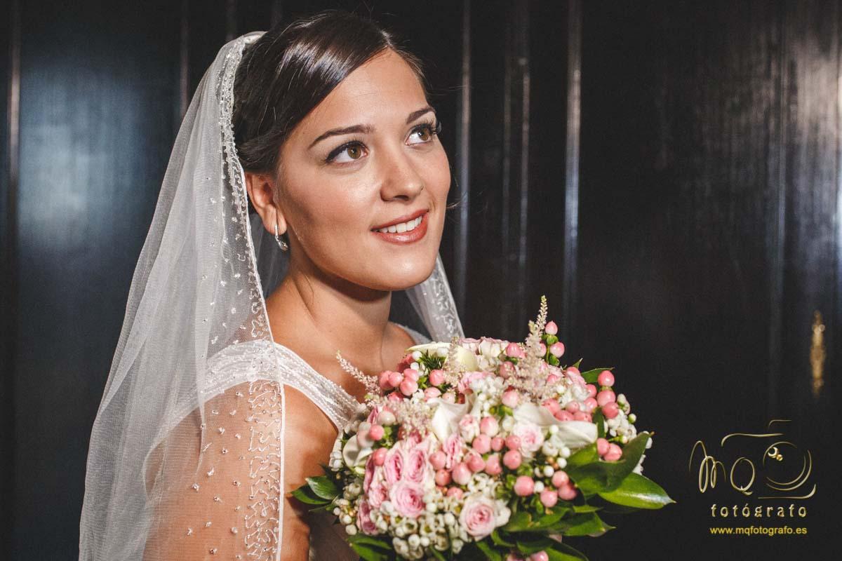 novia con el velo y el ramo de novia