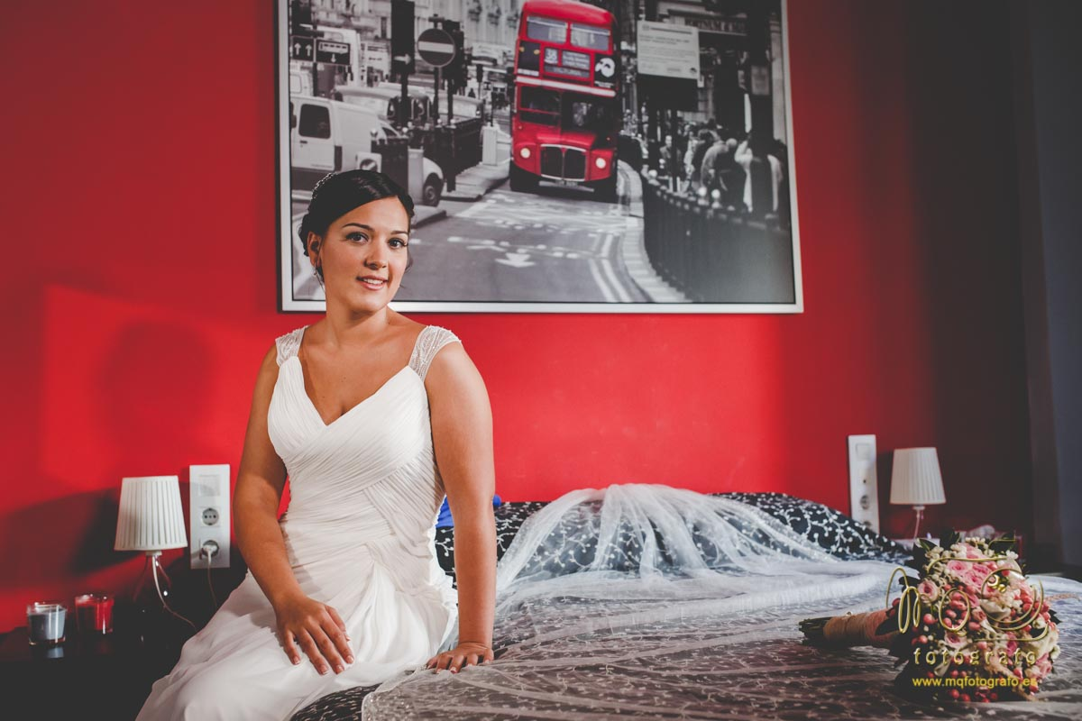 novia sentada en la cama