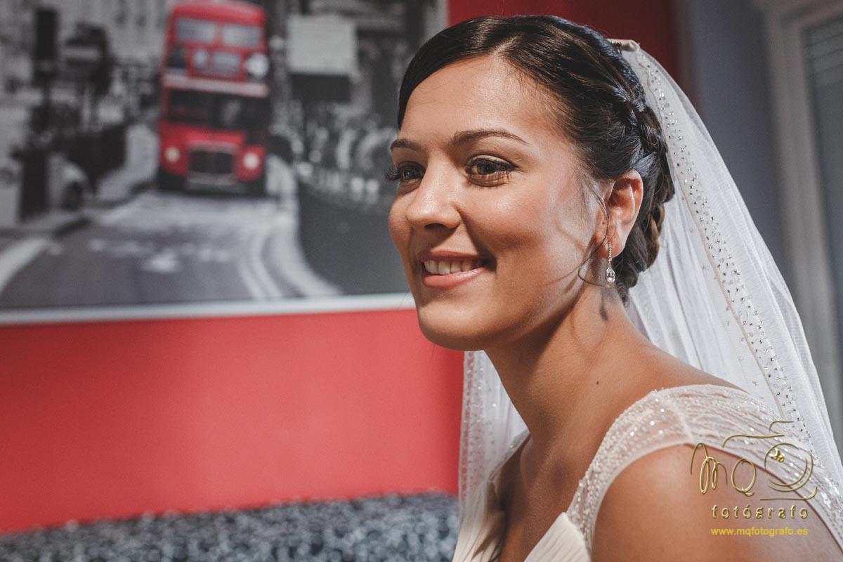 Retrato de la novia con cuadro al fondo