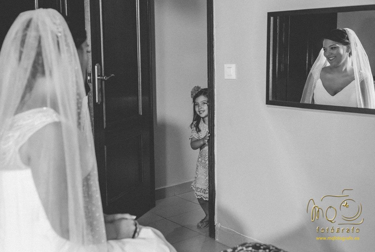 niña mirando a la novia con el velo