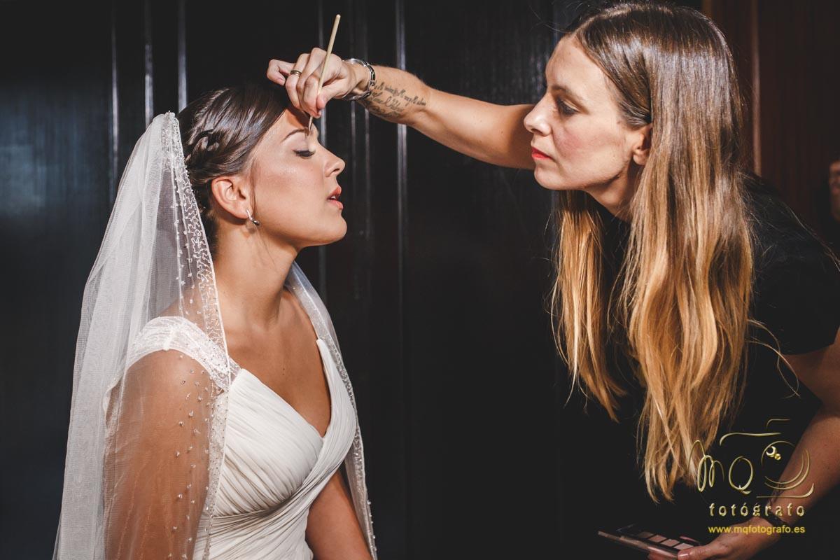 maquillando a la novia en la habitación