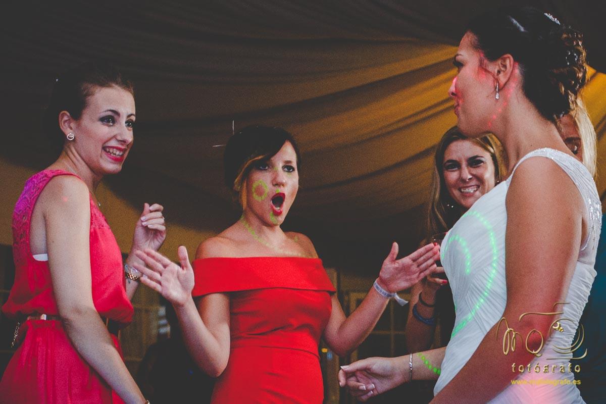 novia en la barra libre con las amigas