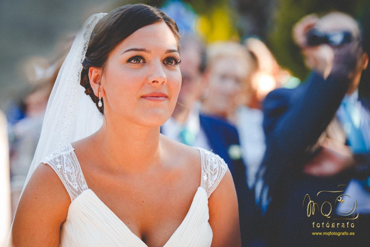 novia en el altar mirando al maestro de ceremonia