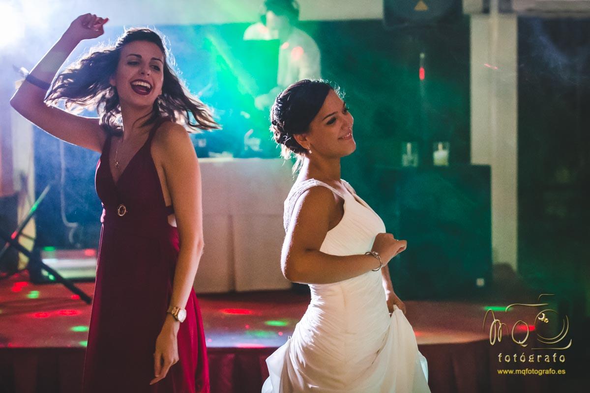 novia bailando en la pista con una amiga