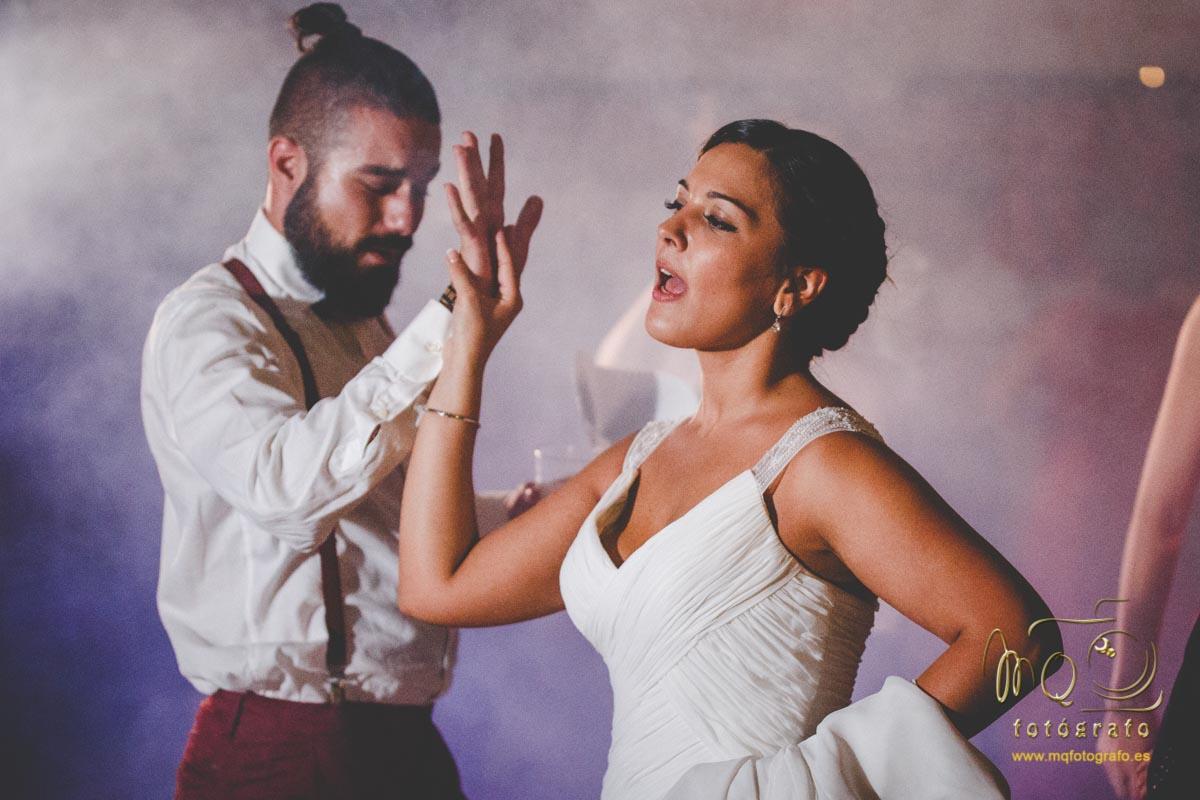 novia bailando con amigo