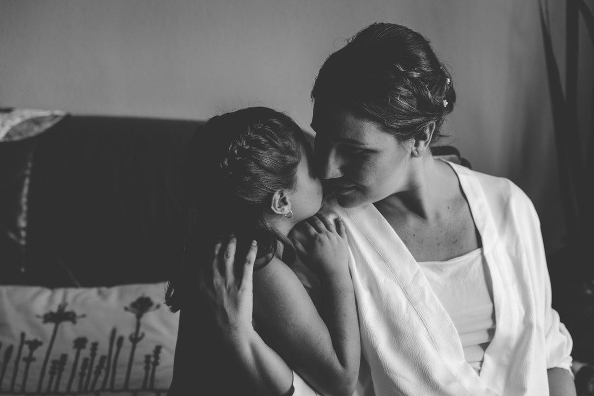 la novia y su hija con la cara unida, con cariño