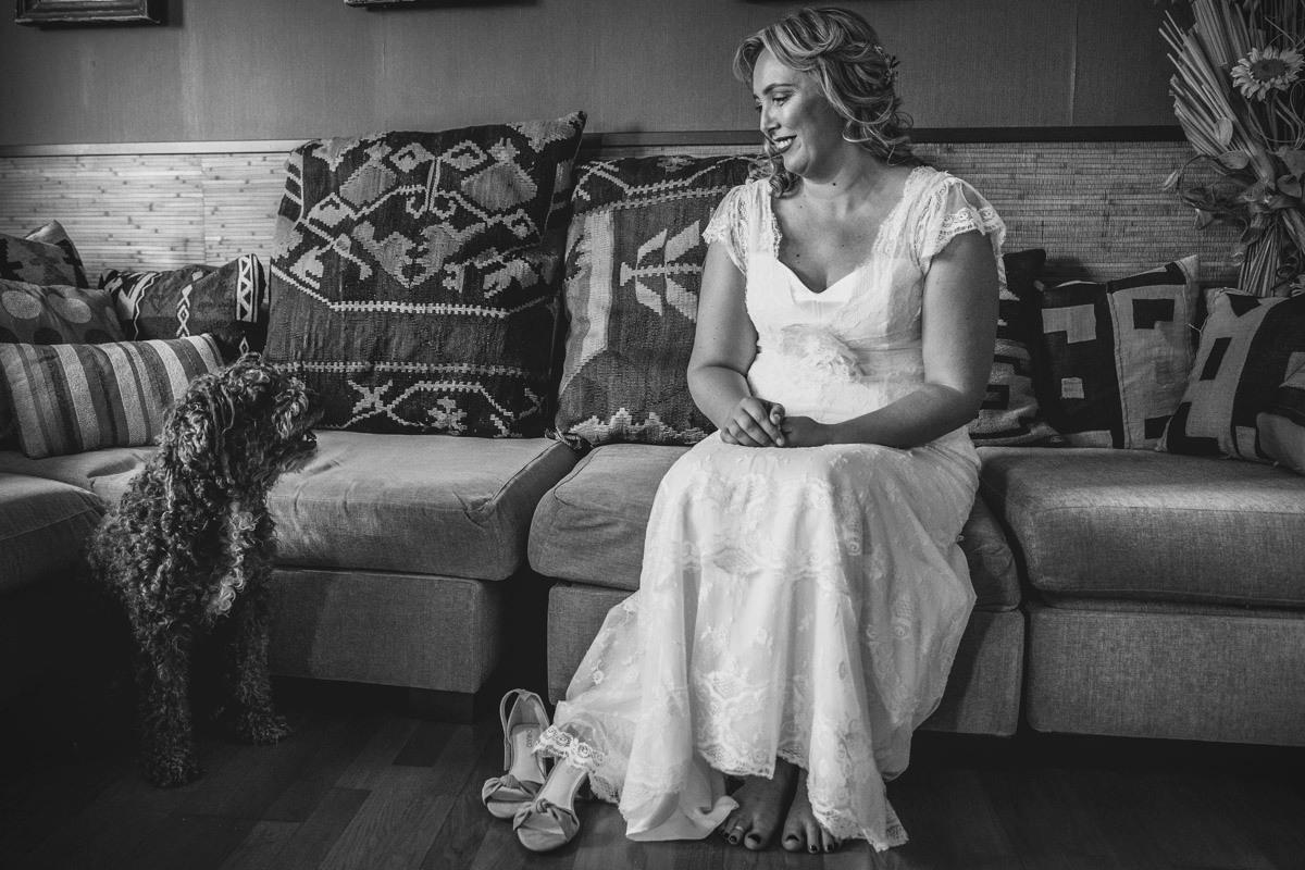 novia sentada con perro al lado