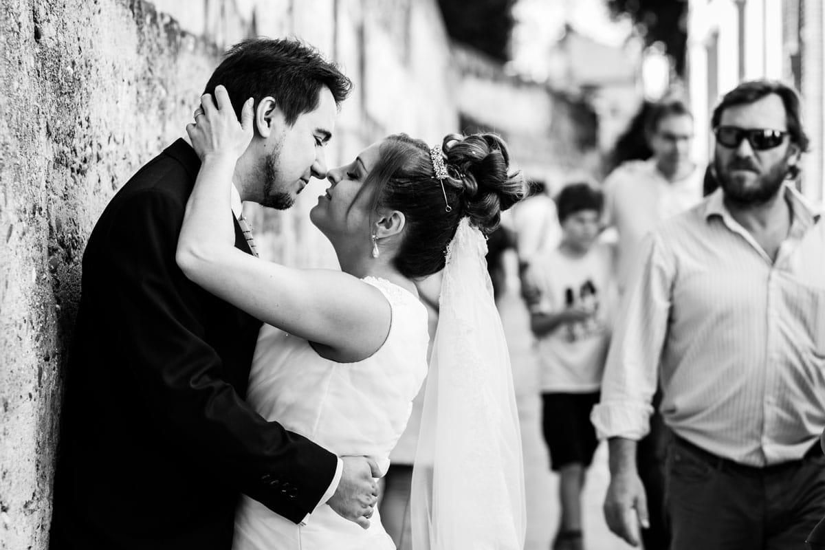 novios besándose en la calle del agua del barrio Santa Cruz de Sevilla
