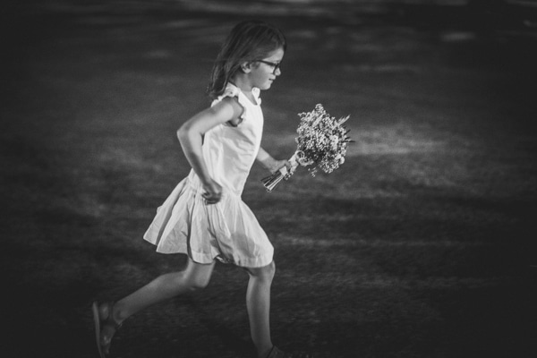 niña corriendo con ramo de novia