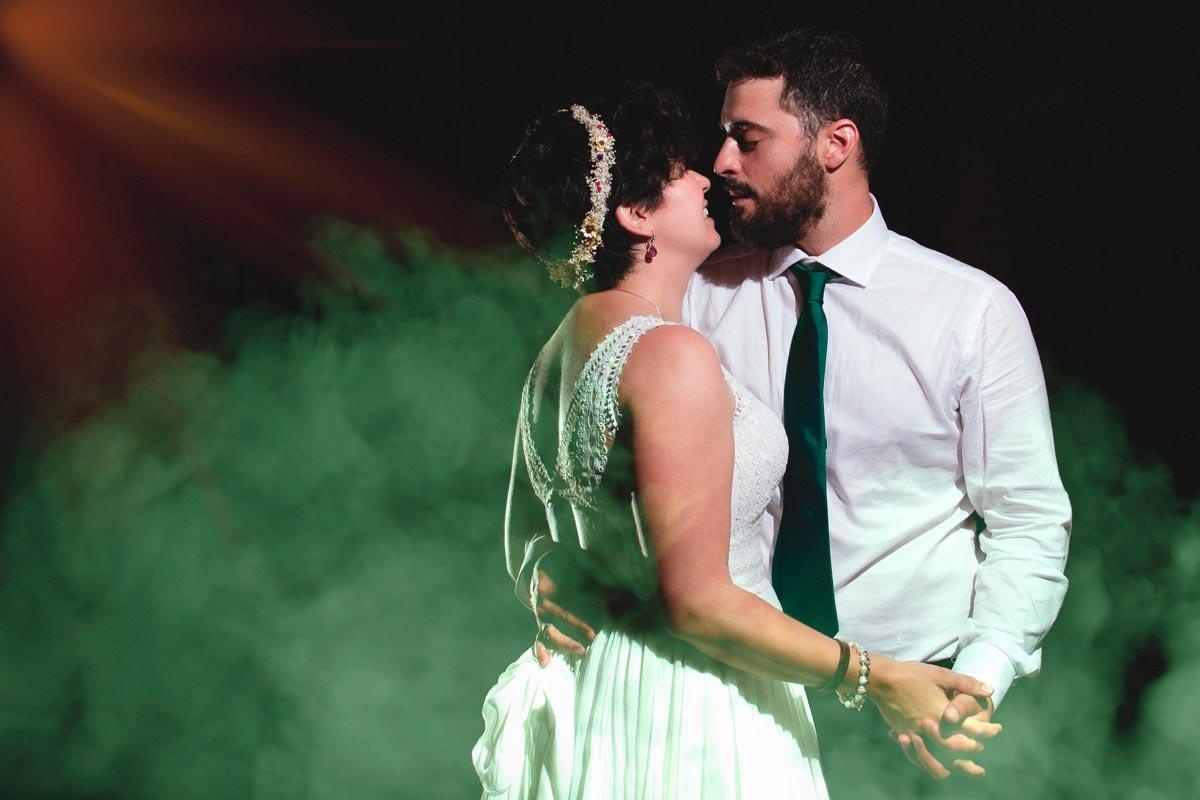 baile de novios con humo verde