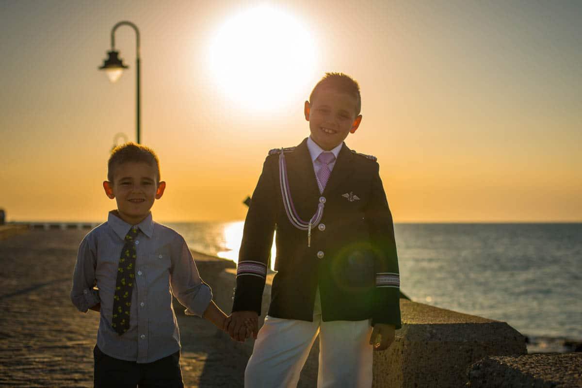 fotos de comunion en la playa, niño con su hermano